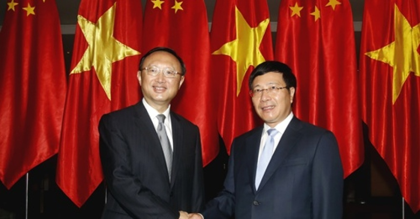 China's State Councillor Yang Jiechi (L) poses with Vietnam's Deputy Prime Minister and Foreign Minister Pham Binh Minh at the International Convention Center in Hanoi, October 27, 2014. Yang is on a one-day visit to discuss Sino-Vietnam bilateral cooperation. REUTERS/Kham (VIETNAM - Tags: POLITICS)