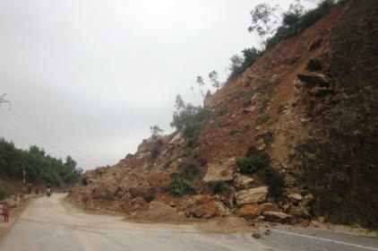 Lở núi, hàng nghìn mét khối đất đá chắn ngang tỉnh lộ