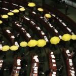 Các nhà lập pháp ủng hộ dân chủ Hong Kong bỏ họp!