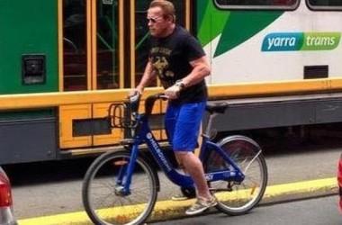 Tài tử điện ảnh Arnold Schwarzenegge thảnh đạp xe dạo quanh thành phố Melbourne