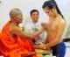 Lùm xùm chuyện nhà sư Thái Lan bị chỉ trích vì 'sờ ngực' phụ nữ!