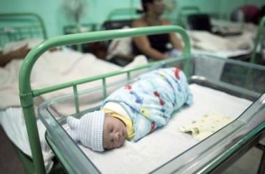 Cuba, nước đầu tiên loại trừ lây nhiễm HIV từ mẹ sang con