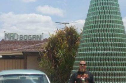 Wes Boyd dựng cây thông noel với 2536 lon bia