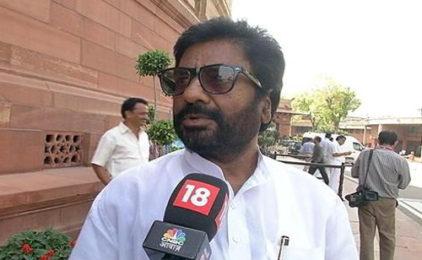 Nghị sĩ Ấn Độ Ravindra Gaikwad lấy dép đánh tiếp viên hàng không