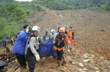 Lở đất ở Indonesia, 35 du khách mắc kẹt