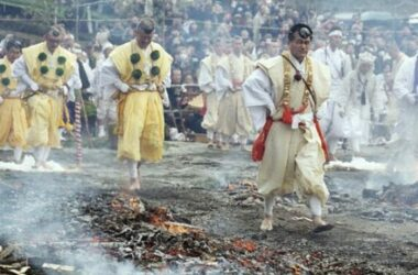 Lễ hội đi chân trần đi trên than hồng ở Thái
