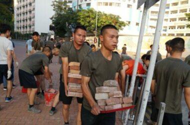 Binh sĩ Trung Quốc giúp dọn dẹp đường phố Hong Kong dù còn biểu tình
