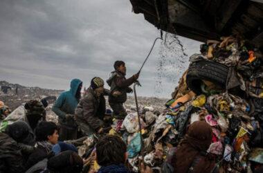 Nghề bới rác nhiều nguy hiểm ở Iraq