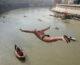 Nhảy sông Tiber mừng năm mới ở Ý 2020
