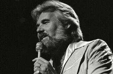 'Vua nhạc đồng quê' Kenny Rogers qua đời