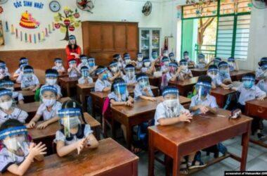 Học sinh đeo Cả tấm chắn để phòng Covid19